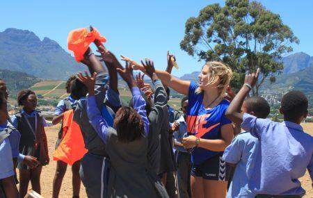 """Handball trainieren, Südafrika erleben und neue Freunde gewinnen. PLAY HANDBALL ZA bietet die Möglichkeit als freiwilliger Handballtrainer nach Südafrika zu reisen. Erfahre wie Leonie, die als Freiwillige 6 Monate im Township Kayamandi bei Stellenbosch in Südafrika war, ihren Einsatz erlebt hat. """"Eines meiner schönsten Erlebnisse war, als ein kleines Mädchen nach dem Unterricht zu mir […]"""