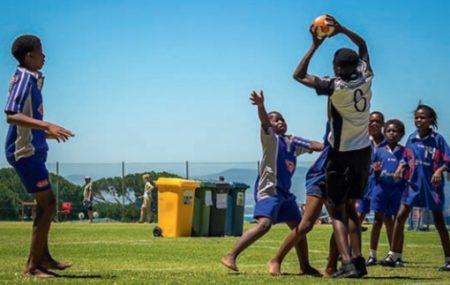 Link zum Artikel : Informationsdienst vom DOSB : Sport schützt Umwelt Beim Handball geht es in der Regel um Tore, Punkte und Pokale. Beim Play Handball-Supercup in Südafrika stand noch mehr auf dem Spiel: Mit der ersten klimaneutralen Handball-Turnier-Serie in Südafrika wurden Jugendliche verschiedener Hintergründe und Kulturen durch den Sport zusammengebracht und gleichzeitig deren Bewusstsein […]
