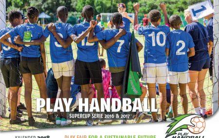 KALENDER & SPENDEN Aktion! Limitierte Auflage – Sichert Euch den PLAY HANDBALL KALENDER 2018 mit 12 wunderschönen Bildern vom Supercup in Südafrika. Ab einer #Spende von 25 Euro könnt Ihr den Kalender bekommen und helft uns dabei Kindern und Jugendlichen in #Afrika eine Perspektive mit #Handball zu geben.