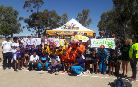Piketberg is a farming community on the Cape-Namibia-Route. There are only limited activities for kids after school available. In January 2018 we introduced the first time handball at a children sports day to the community.