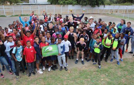 Samstagmorgen in Idas Valey, Stellenbosch, man hört entfernt aufgeregte Stimmen, laute Musik und ab und zu das ertönen einer Pfeife. Eine Menge unbekannter Gesichter ausgerüstet mit Bällen und Trikots tauchen am 24. Februar um 9 Uhr auf dem Sportplatz der Brückner de Villiers Primary School auf. Verirrt hatten sie sich dort nicht, denn sie waren […]