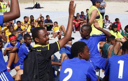 Interview mit Thabang Mphatoe von unserer Partnerorganisation SCORE. Er arbeitet unter anderem als Handballtrainer am Franschhoek Valley Community Sport Centre. Wann und wie begann eure/deine Beziehung zu Play Handball ZA? Ich habe Play Handball 2017 kennengelernt. Wir hatten einen Freiwilligen von Play Handball, der in unserem Gemeinde-Sportzentrum arbeitete. In diesem Jahr sind wir mit unserem […]