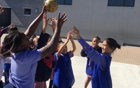 """""""Man braucht ein wenig Zeit, um sich an die Kultur zu gewöhnen. Wenn man sich aber darauf einlässt ist es eine wunderbare Erfahrung."""" Hanna ist als Freiwillige für PLAY HANDBALL und Africa Jam für 2 Monate in Kapstadt. Neben ihrer Arbeit in den Grundschulen, leitet sie auch ein Handballprogramm am Nachmittag."""